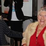 Une joyeuse et généreuse doyenne de la soirée anniversaire de l'association HAPPY HAND
