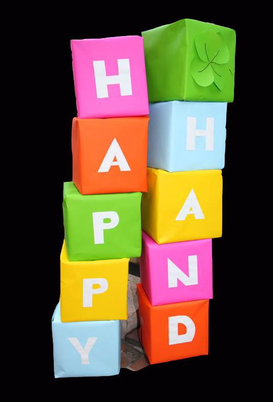 Cubes de toutes les lettres de HAPPY HAND posé à l'entrée du Miramar pour la soirée