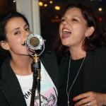 Sixtine et Béatrice chantant la chanson de Happy Hand