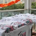 Stand de vente des tee shirts le soir du premier anniversaire de Happy hand
