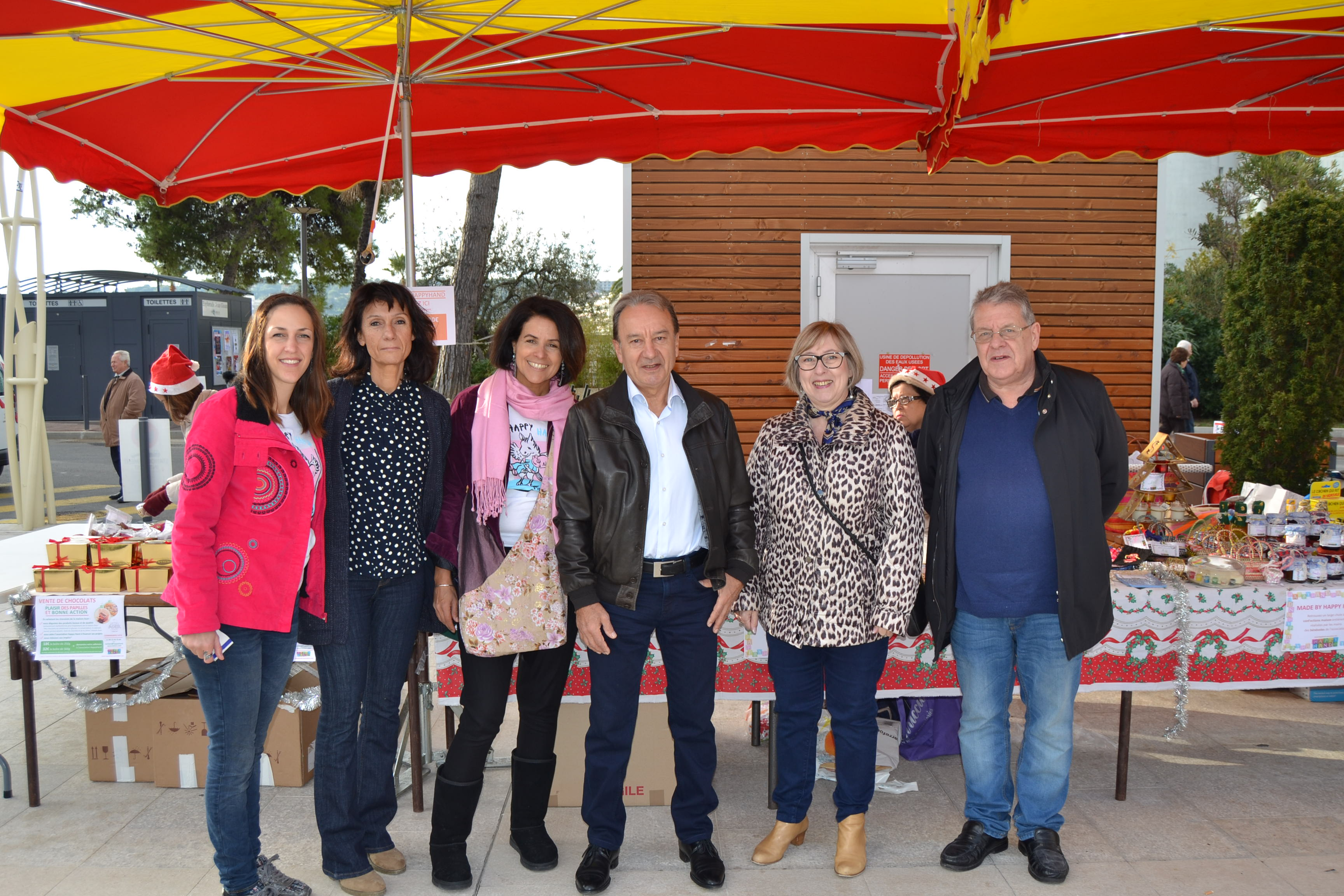 Maire de Roquebrune Cap Martin Mr Césari accueillant L'association Happy Hand pour noel Solidaire